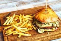 deska z burgerem