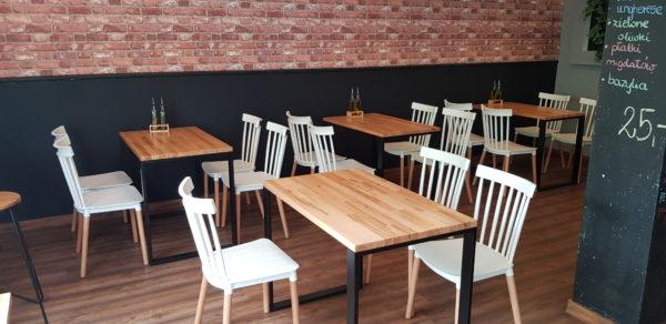 duży stół do restauracji